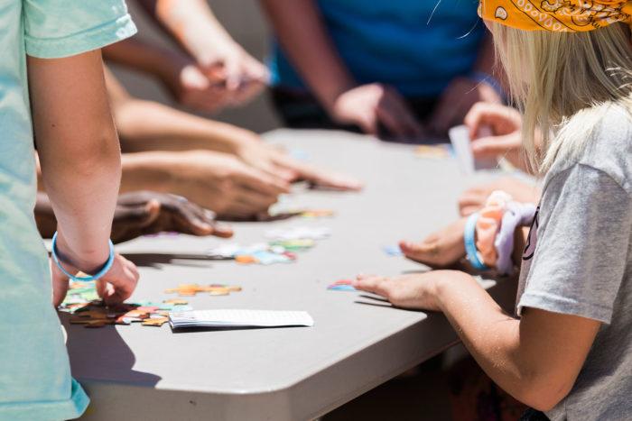 Photographie présentant des enfants jouant à un jeu de société